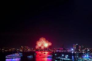 célébration de feux d'artifice dans la ville photo
