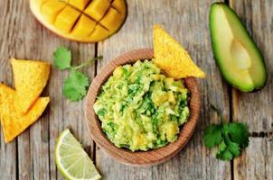 guacamole de mangue aux chips de maïs
