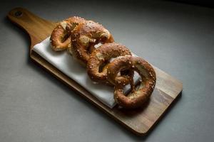 breze / brezn / bretzels sur une planche à pain photo