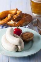 saucisses blanches bavaroises sur une plaque photo