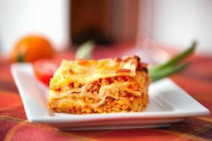 assiette de lasagnes sur une table