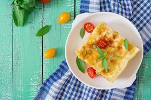 lasagne avec viande hachée, pois verts et sauce