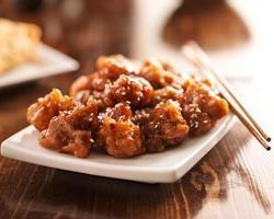 poulet au sésame chinois avec des baguettes