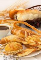 petit déjeuner français avec croissants photo