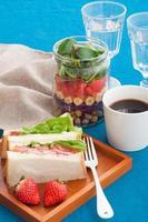 salade et sandwich au pot Mason photo