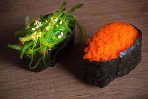 sushi frais sur fond de bois