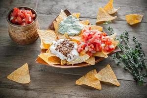 nachos au fromage avec différents types de sauce