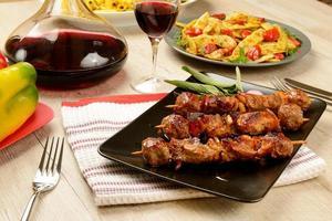 brochettes de viande cuites prêtes à manger