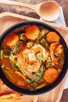 curry épicé et soupe aux crevettes et omelette aux légumes