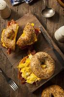 sandwich au petit déjeuner copieux sur un bagel photo