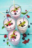 Divers cocktails de fruits sur fond turquoise, vue de dessus photo