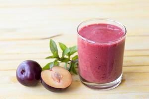 smoothie aux prunes avec prunes fraîches et menthe photo