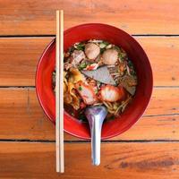 soupe de nouilles thaïes guay tiew tiew tom yum photo