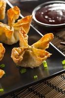 Rangoons de crabe asiatique avec sauce aigre-douce photo