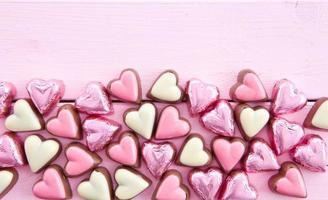 chocolats colorés en forme de coeur photo
