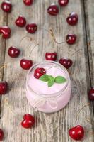 yaourt aux cerises et cerise