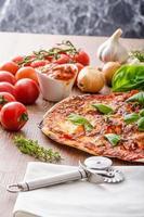 pizza au fromage avec piment et basilic