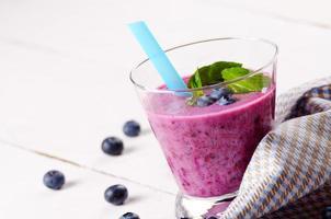 Blueberry shake sur tableau blanc photo