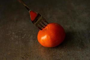 mandarine sur la photo. toile, peinte en bleu rouge photo