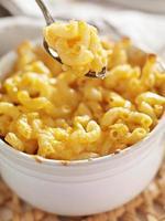 cuillère ramasser des macaronis et du fromage