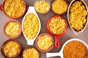 Vue conceptuelle ci-dessus de macaroni au fromage servi photo