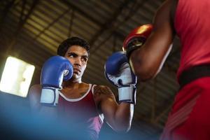 Vue au sol de deux boxeurs masculins dans un ring de boxe