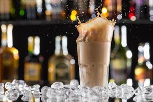 boisson au café froide avec de la glace, des haricots et des éclaboussures