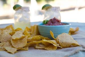 frites et salsa avec margaritas. photo