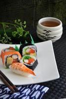 divers sushis avec thé