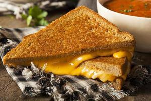 fromage grillé maison avec soupe aux tomates photo