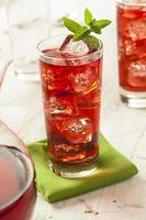 thé glacé rafraîchissant aux baies d'hibiscus photo