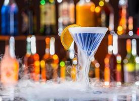 boisson martini sur le comptoir du bar