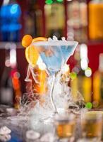 cocktail avec de la glace sur le bureau du bar