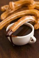 deliciuos churros espagnols au chocolat chaud photo