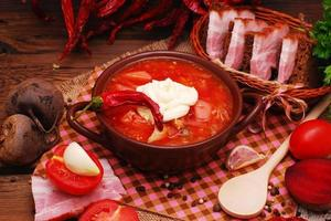 le traditionnel bortsch de soupe de betterave nationale ukrainienne