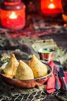 samosa frit avec trempette verte photo