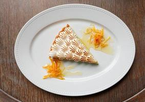 dessert meringue sur table en bois photo