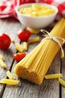 spaghetti avec bol de pâtes et tomates photo
