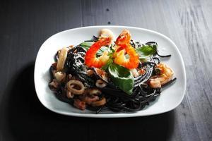 spaghetti noir aux fruits de mer photo