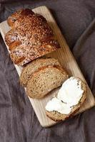 pain traditionnel fraîchement sorti du four avec crème au beurre photo