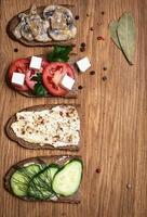 sandwichs sur planche de service en bois, vue de dessus, espace copie. photo