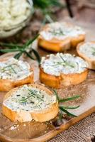 baguette au beurre aux herbes et romarin photo