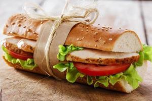 sandwich baguette au poulet grillé et tomates photo
