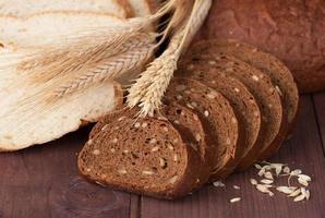 pain cuit au four sur table en bois photo