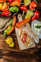 baguette santé, tartinade de fromage blanc avec des légumes et des herbes photo