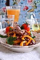 bruschetta avec salade de légumes et poulpe photo