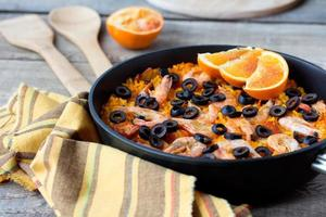 Paella espagnole aux fruits de mer tradition dans une poêle en fer authentique photo