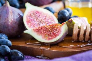 figues fraîches et raisin noir photo