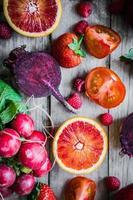 beaucoup de fruits et légumes sur une table en bois