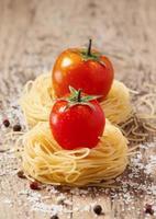 pâtes séchées fidellini et tomates biologiques fraîches photo